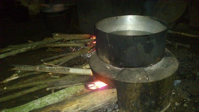 Một bếp lửa bập bùng trong cơn bão.